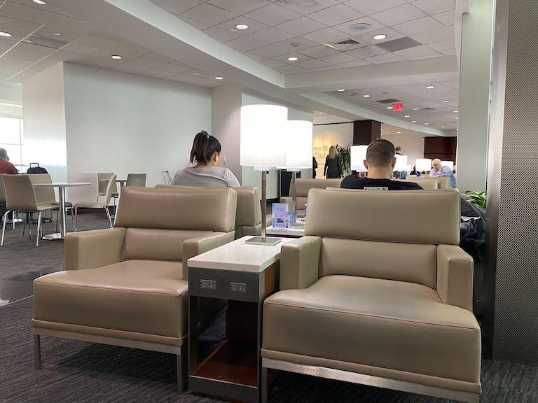ヒューストン国際空港 ユナイテッドクラブ ソファ席