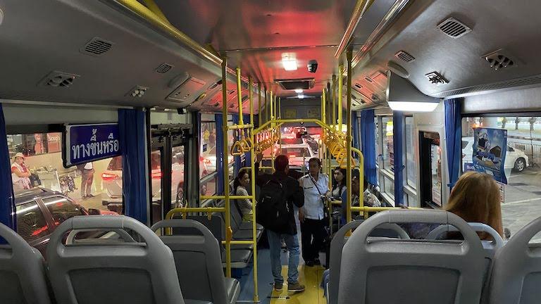 バンコクA1バス車内