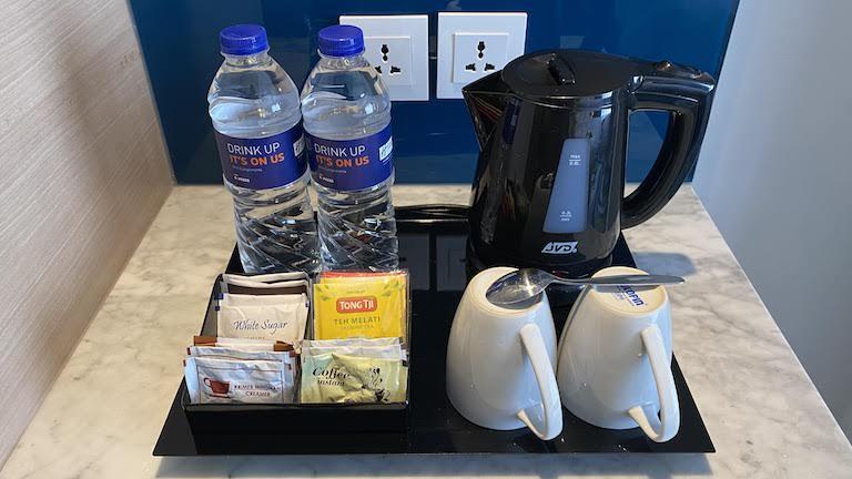 ホリデイインエクスプレスジャカルタワヒドハシム 水とコーヒー